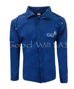 Chaqueta azul con capota cubierta