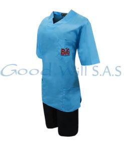 Uniforme de mujer azul con pantaloneta.